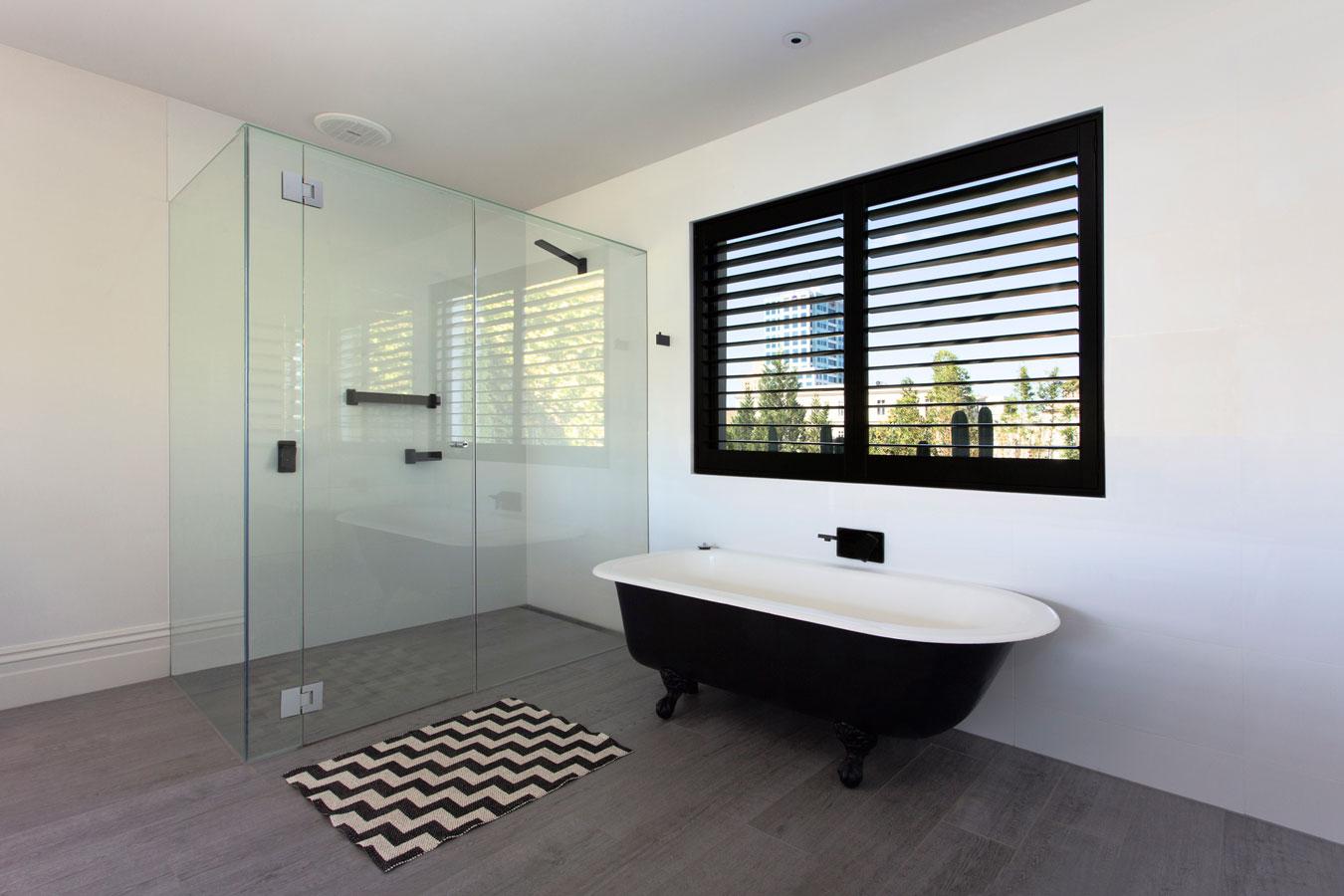 Lilley residence techne 2015 for Salle de bain design luxe noir et blanc